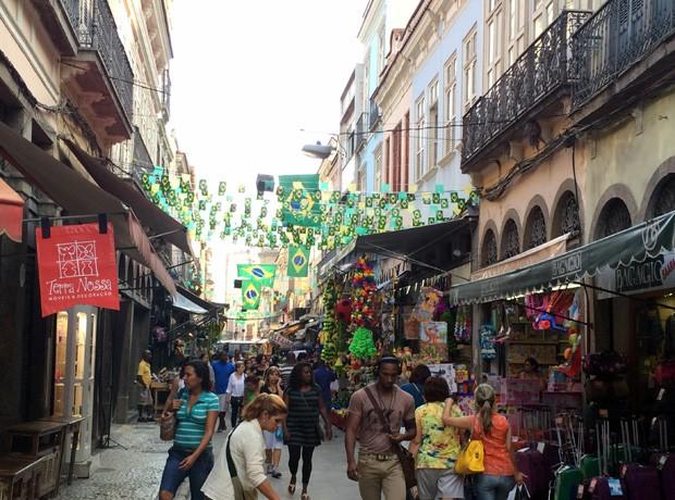 Ruas da região da Saara, onde funciona o comércio popular do Rio, estão decoradas com bandeirinhas do Brasil e com artigos verde e amarelos para todo lado (Foto: Daniel Silveira / G1)