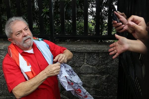 O ex-presidente Lula recebeu apoio de militantes em seu apartamento em São Bernardo do Campo (SP) nas manifestações de 13 de março (Foto: EFE/LEO BARRILARI)