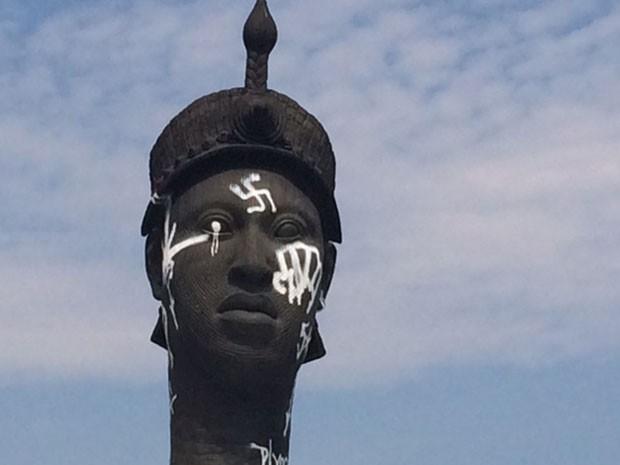 Monumento a Zumbi dos Palmares amanheceu pichado (Foto: Alba Valéria Mendonça / G1)