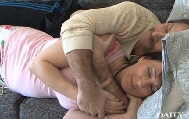 Ali C fundou empresa especializada em atender pesssoas que desejam dormir de conchinha (Foto: Reprodução/YouTube/New York Daily News)