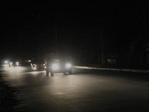 A única iluminação na Avenida Cosme Ferreira na noite desta sexta-feira (12) vinha do farol dos carros (Foto: Marcos Dantas / G1 AM)