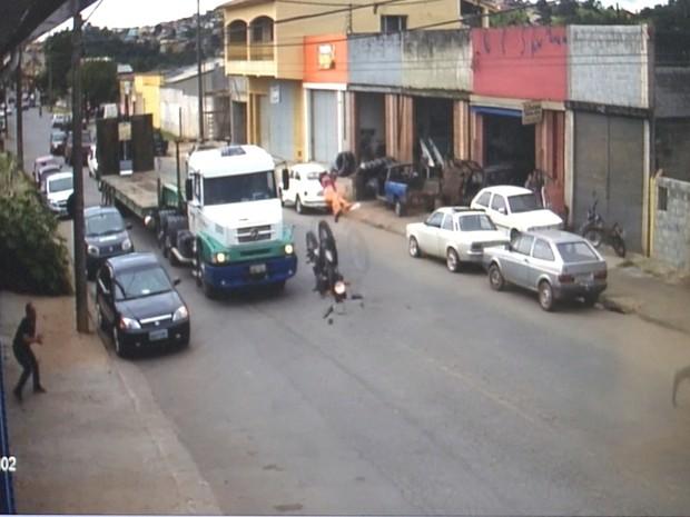 Motociclista é arremessado do veículo em batida (Foto: Reprodução/TV Vanguarda)