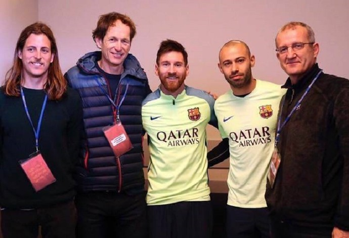 Velejador argentino Santiago Lange visitou Lionel Messi e Javier Mascherano no CT do Barça (maior) (Foto: Reprodução/Facebook)