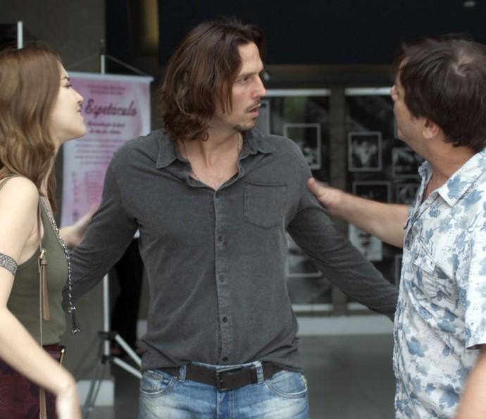 Júlia e Nelson tentam tirar Guilherme da apresentação da filha (Foto: TV Globo)