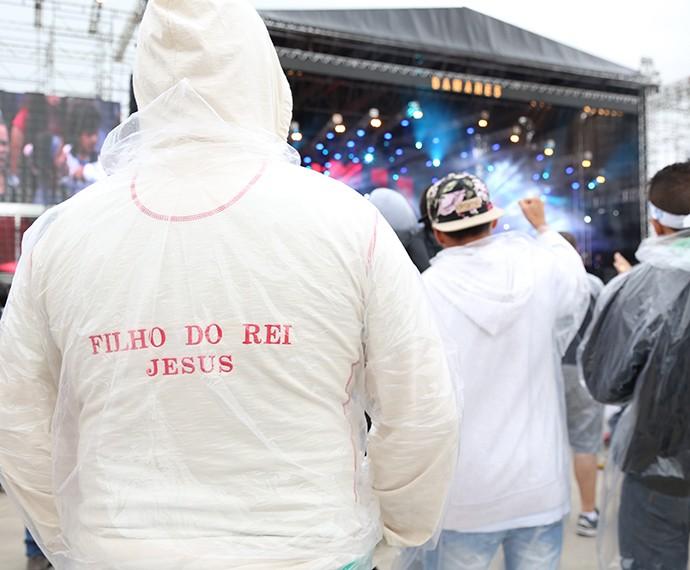 Nem mesmo a chuva espantou o público (Foto: Carol Caminha/Gshow)