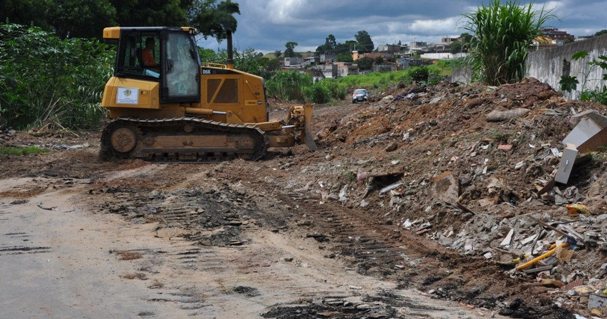 A pedido da PM, Prefeitura limpa terreno em Itaquaquecetuba - Globo.com