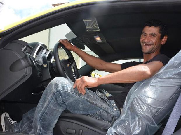 Gilvan em seu Camaro amarelo (Foto: Anderson Oliveira / Blog do Anderson)
