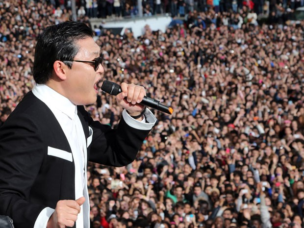 Psy atraiu milhares de fãs em show em Paris  (Foto: AFP)