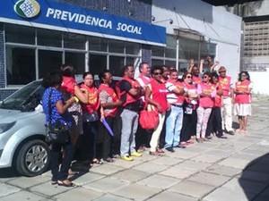 Manifestantes se reúnem em frente ao INSS do Parque Bom Menino, em São Luís (Foto: João Ricardo/G1)