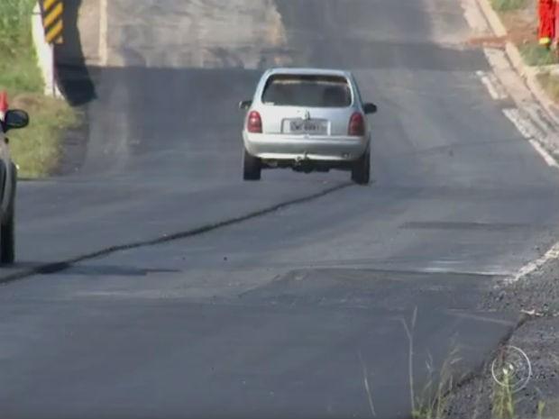 Falta de sinalização em trecho em obras na SP-264 gera reclamações (Foto: Reprodução/ TV TEM)