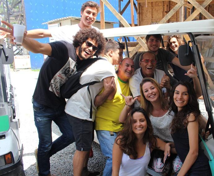 Cadu com o elenco de 'Malhação' e equipe do seriado (Foto: Bel Bonotto/Gshow)