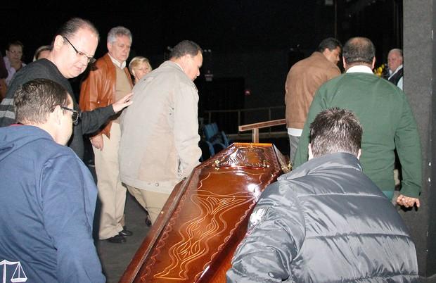 Chegada do corpo do ator Umberto Magnani em Santa Cruz do Rio Pardo (Foto: Lucas Pereira / Ego )