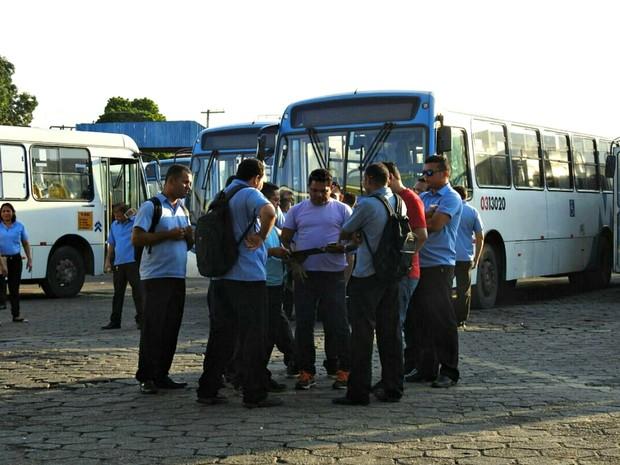 Rodoviários impediram saída de carros na manhã desta terça (Foto: Adneison Severiano/G1 AM)