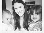 Com orelhas de coelho, Alessandra Ambrósio posa com os filhos