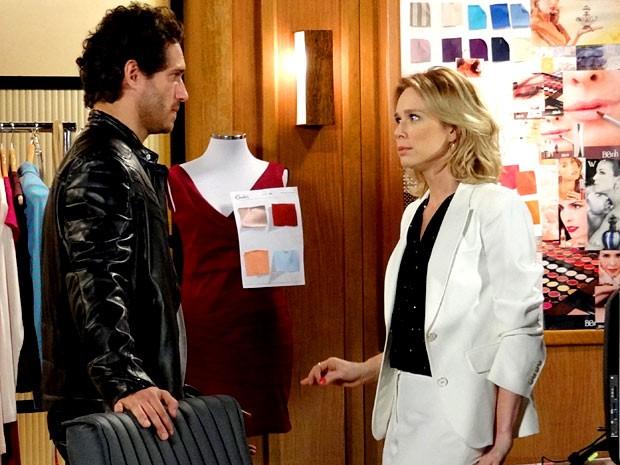 Fábio tenta se reaproximar de Juliana sem nem sonhar que Carolina está ouvindo tudo (Foto: Guerra dos Sexos / TV Globo)