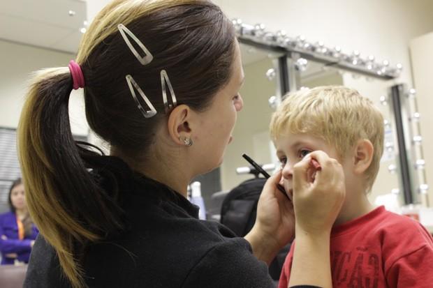 Jéssica faz maquiagem no sobrinho, o Davi, que se transforma no Naruto (Foto: Divulgação/RPC TV)