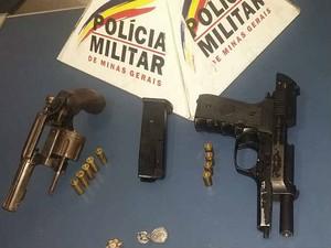 Armas apreendidas com suspeitos pela PM  (Foto: PM Juiz de Fora/Divulgação)