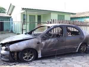 Carro particular foi incendiado em Laguna, no Sul de SC (Foto: Elvis Palma/Divulgação)