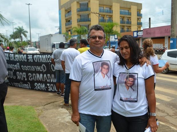 Pais de jovem se reuniram com delegado (Foto: Pâmela Fernandes/G1)