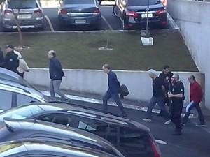 Presos deixaram a carceragem da PF algemados e foram levados para o IML em uma van (Foto: Edi Carlos / RPC)