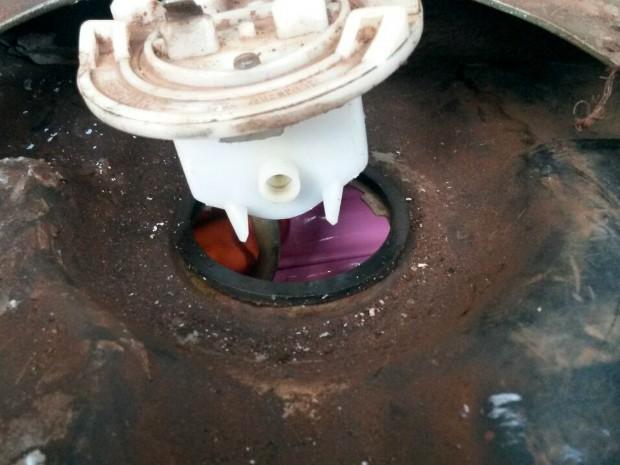Motorista disse que levaria a droga encontrada no tanque de combustível até São Jorge d'Oeste, onde mora (Foto: PRF / Divulgação)