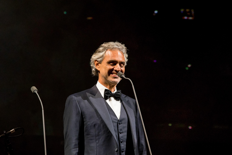 O tenor italiano Andrea Bocelli na noite desta quarta-feira (12), em apresentação no Allianz Parque, em São Paulo (SP).