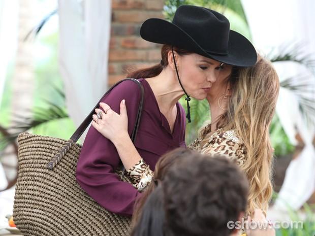 Elas até fazem as finas e se cumprimentam amigavelmente, mas... (Foto: Pedro Curi/TV Globo)