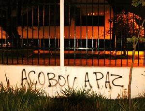 pichação de muro do Parque São Jorge (Foto: Nivaldo Lima / Agência Estado)