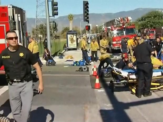 Vítimas de tiroteio na Califórnia são socorridas (Foto: Reprodução/GloboNews)