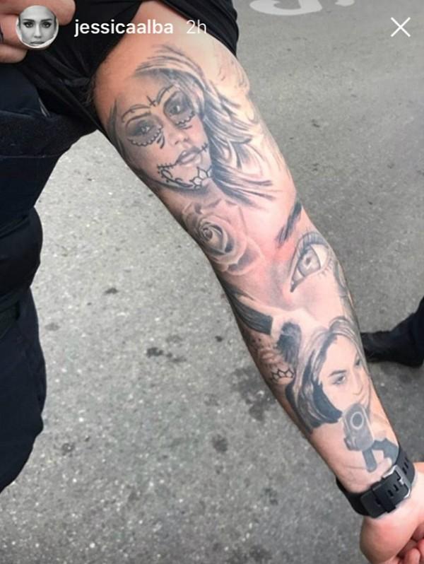 O rosto de Jessica Alba tatuado no braço do policial (Foto: Instagram)