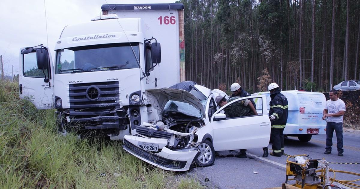 Casal morre após colisão entre carro e caminhão na BR- 265, em MG - Globo.com