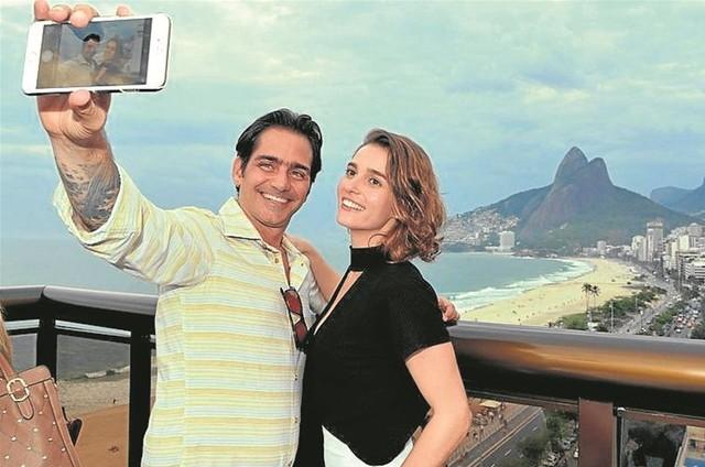 O diretor Vinícius Coimbra com a atriz Priscila Steinman (Foto: Cristina Granato)