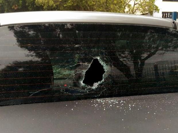 Motorista teve veículo danificado após furar bloqueio de grevistas em Cuiabá (Foto: Divulgação/PM)
