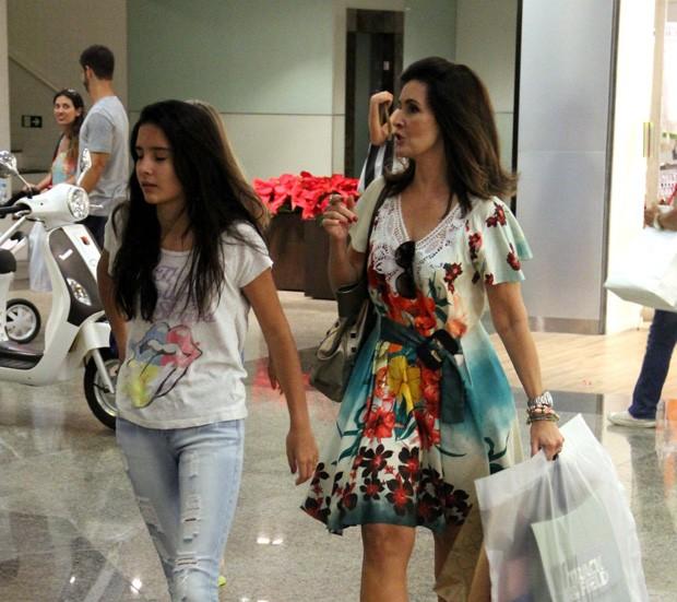 Fátima Bernardes com a filha em shopping do Rio (Foto: Marcus Pavão / AgNews)