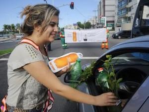 Flores são distribuídas em Dia do Meio Ambiente (Foto: Elizabeth Nader/PMV)