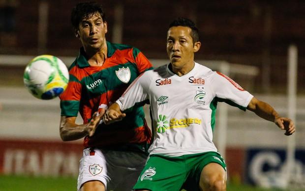 Portuguesa x Luverdense - Bruno Piñatares disputa jogada (Foto: Ale Vianna / Agência Estado)