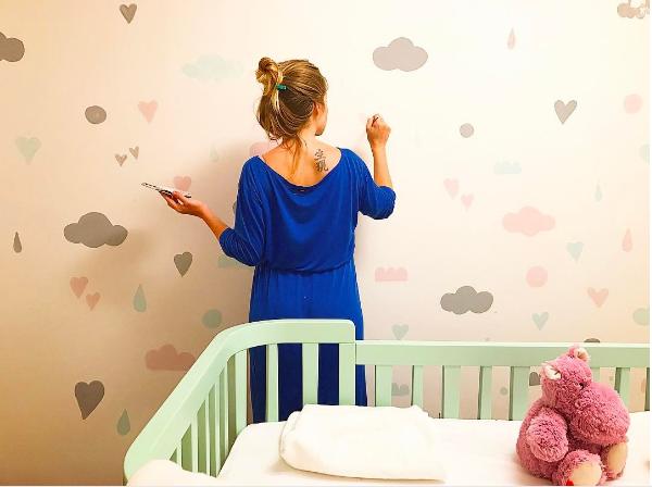 A mãe colocou a mão na massa na hora de pintar o quarto da filha (Foto: Arquivo pessoal/ Vitória Frate)