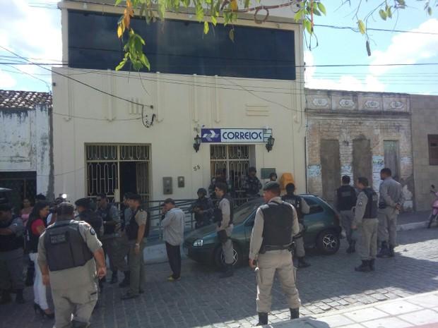 Cinco pessoas foram feitas reféns dentro da agência dos Correios em Juarez Távora (Foto: Volney Andrade/TV Cabo Branco)