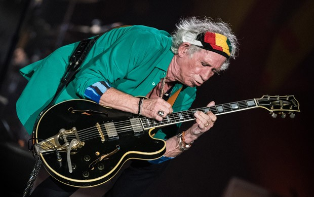 Keith Richards sola durante show do Rolling Stones no Morumbi (Foto: Fábio Tito/G1)