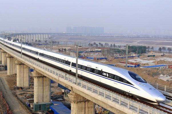 Um trem-bala passa sobre a ponte Yongdinghe, em Pequim, na China (Foto: Xinhua/Jiao Hongtao/AP)