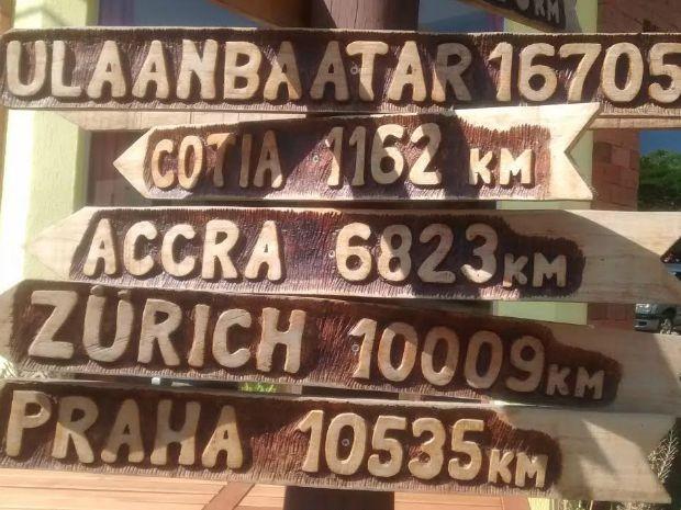 Placas estão apontadas para a direção de localização geográfica (Foto: Nadyenka Castro/G1 MS)