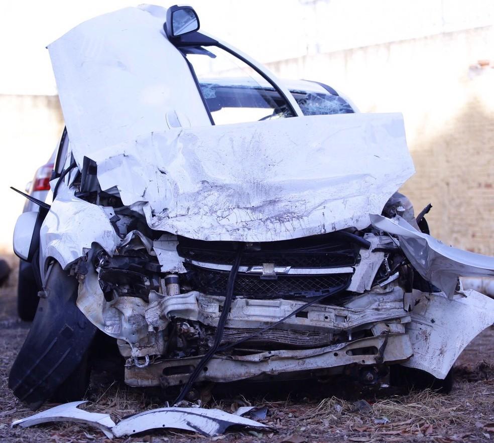 Carro ficou com a frente destruída após a batida frontal em Getulina  (Foto: J. Serafim Show / Divulgação )