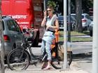 Fernanda Lima usa calça jeans para pedalar em dia de sol e muito calor no Rio