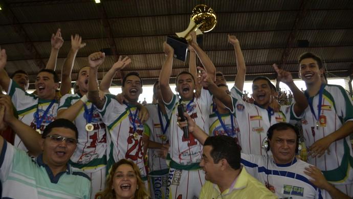 Crateús comemora com troféu Taça Brasil futsal (Foto: Divulgação/CBFS)