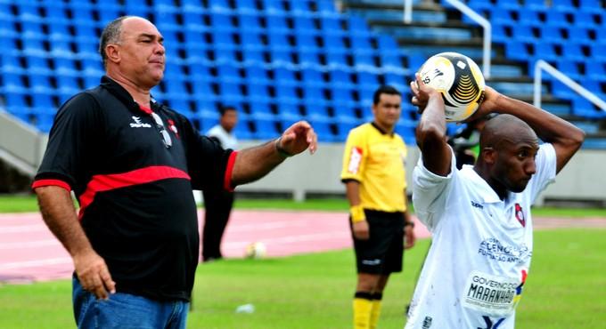 Ruy Scaprino orienta Moto Club e Portella lança bola na lateral (Foto: Biaman Prado / O Estado)