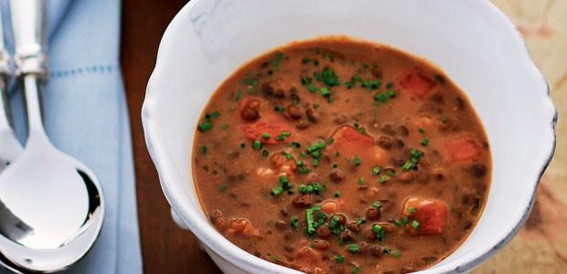 Sopa de lentilha com chouriço e bacon (Foto: Rogério Voltan/ Editora Globo)