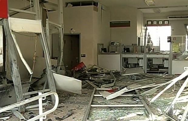 Criminosos explodem caixa eletrônico em agência bancária de Acreúna, Goiás (Foto: Reprodução/ TV Anhanguera)
