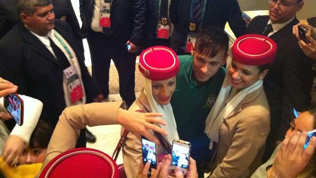 Neymar atende comissárias da Emirates (Foto: Alexandre Lozetti)