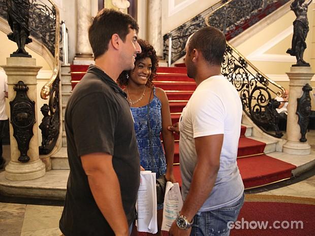 Adriano Melo (de cinza) se diverte com as observações de Erika Januza (Foto: Pedro Curi / TV Globo)