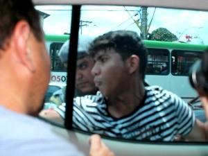 Rapaz foi detido após agradir repórter durante protesto em Manaus (Foto: Camila Henriques/G1 AM)